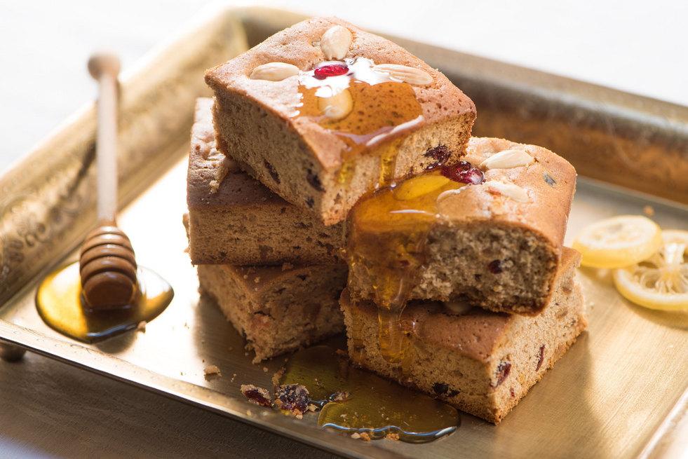 עוגת דבש גרמנית עם פירות יבשים ומסוכרים (צילום: דודו אזולאי)