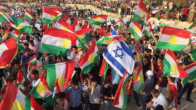 כורדים מפגינים, גם עם דגל ישראל, בימי משאל העם ()