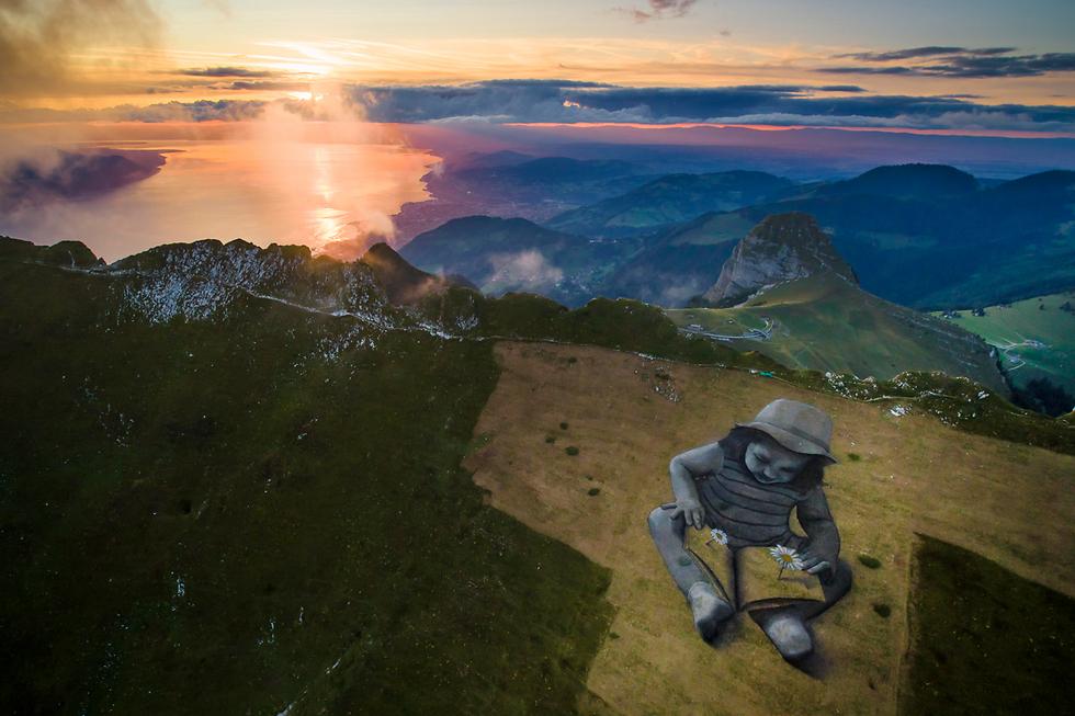 ציור על שטח של 1.5 דונם על הר רושה דה ניה בשווייץ (צילום: AP)