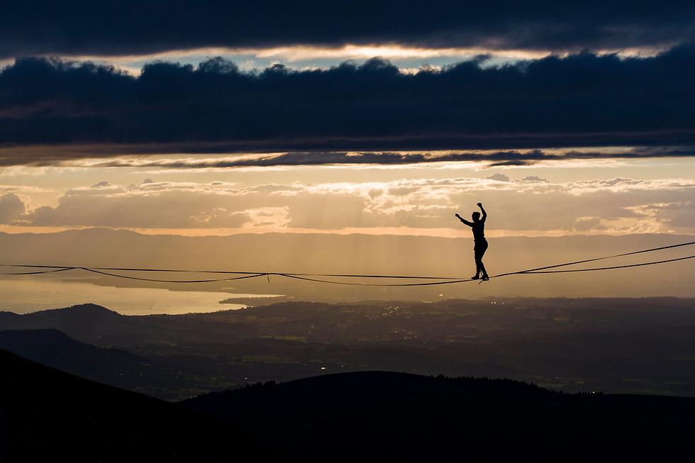 שרה ריקסהם הולכת על חבל בהרי האלפים בשווייץ, באירוע שבו השתתפו 25 מטובי הפעלולנים בעולם (צילום: EPA)
