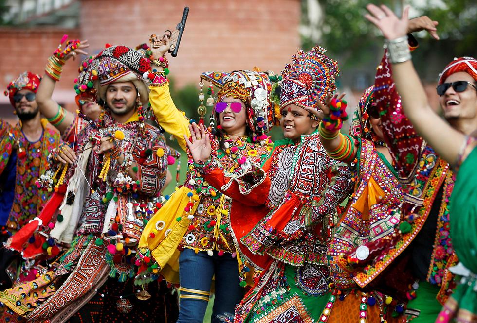 חזרות לקראת פסטיבל נאבארטרי שמוקדש לאלות ההינדו באחמדאבאד, הודו (צילום: רויטרס)