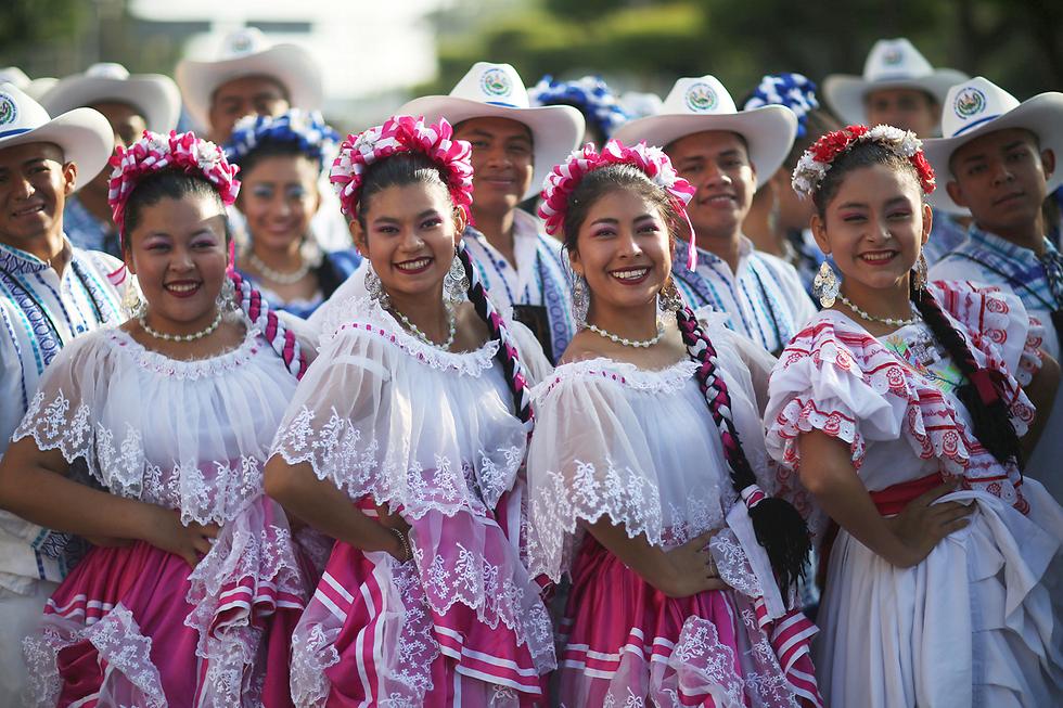 משתתפות במצעד יום העצמאות בסן סלבדור, אל סלבדור (צילום: רויטרס)