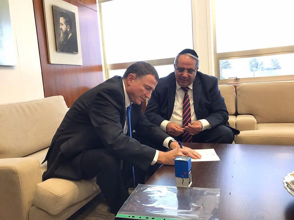 Guetta handing in his resignation letter to Knesset Speaker Edelstein