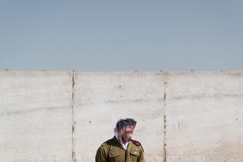 וגדעון עצמו, באחד מצילומי פרויקט הגמר שלו בבצלאל (צילום: גדעון לוין)