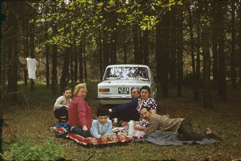 פינקניק משפחתי. האב שרוע מימין, גדעון הילד מאחור, משמאל (צילום: סלבה לוין)