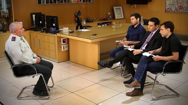 Eisenkot in his office with Ynet's Yoav Zitun, Attila Somfalvi and Gido Ran (Photo: Avi Mualem)
