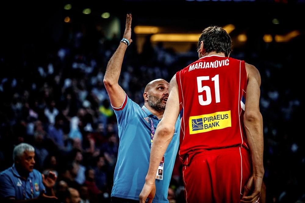 עצבים בסרביה. מריאנוביץ' וג'ורג'ביץ' (צילום: FIBA.com)