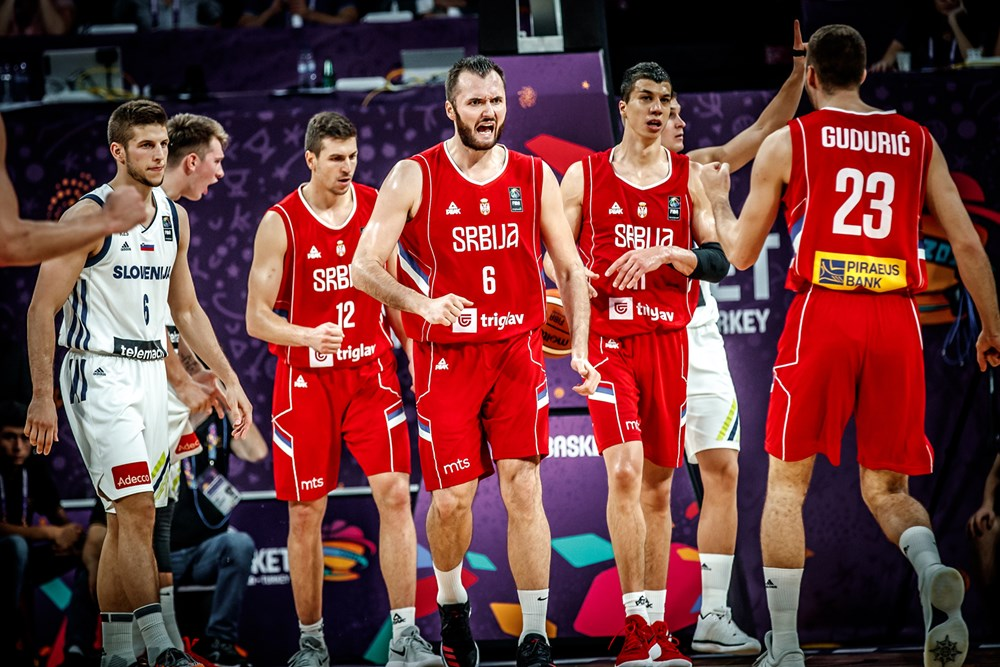 מצ'באן וחבריו לסרביה עוד הספיקו לחזור למשחק (צילום: FIBA.com)