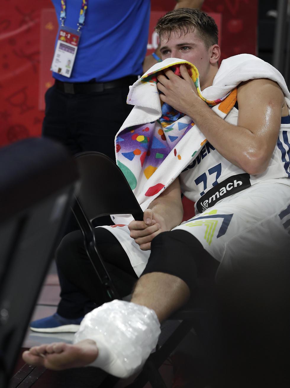 נפצע ודידה החוצה באמצע הרבע השלישי. לוקה דונצ'יץ' (צילום: AP)