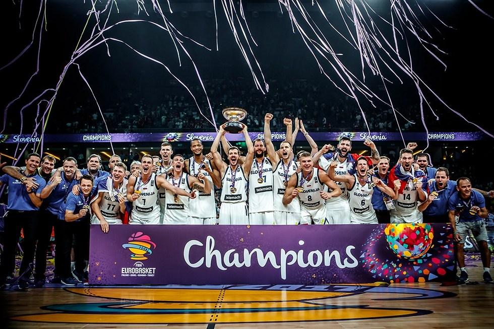 אלופים. נבחרת סלובניה חוגגת תואר היסטורי (צילום: FIBA.com)