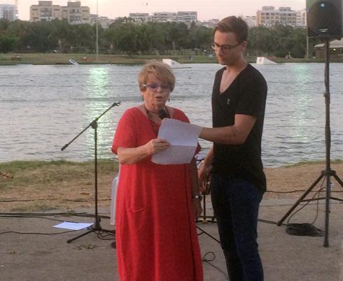 חנה קלדרון ובנה, נמרוד, בטקס פתיחת התערוכה (צילום: ברכה זיסמן כהן)