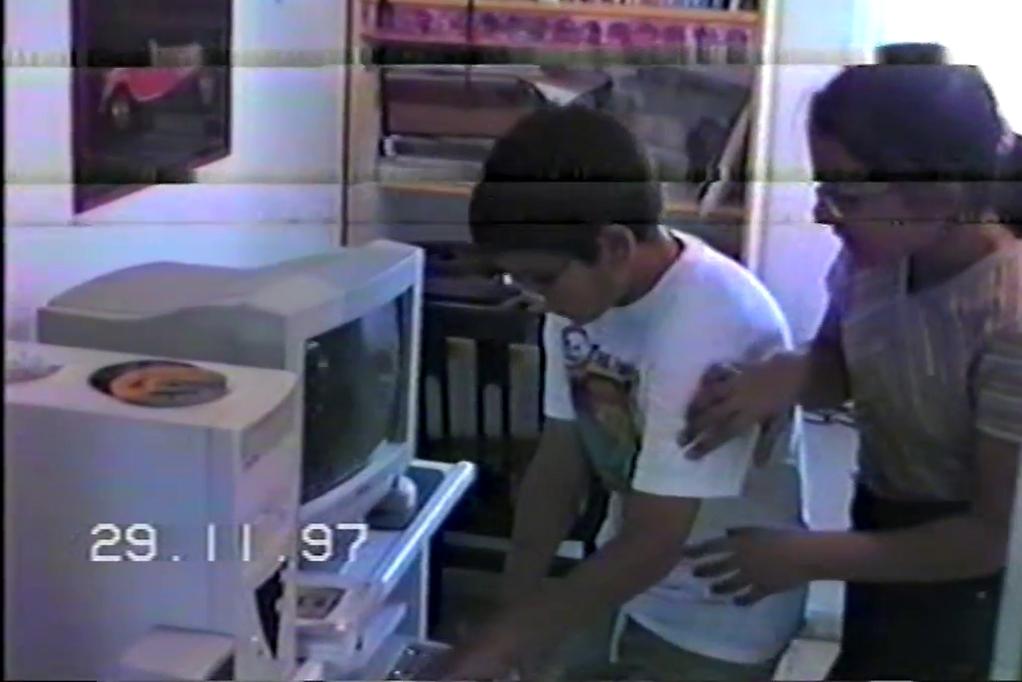 רבים על המחשב. הגר וטל בוחבוט בצילום מסך מ-VHS