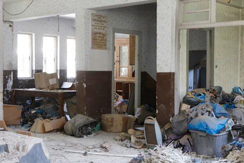אשפה מתגוללת באולם, רהיטי העץ נהרסו  (צילום: עמרי טלמור)