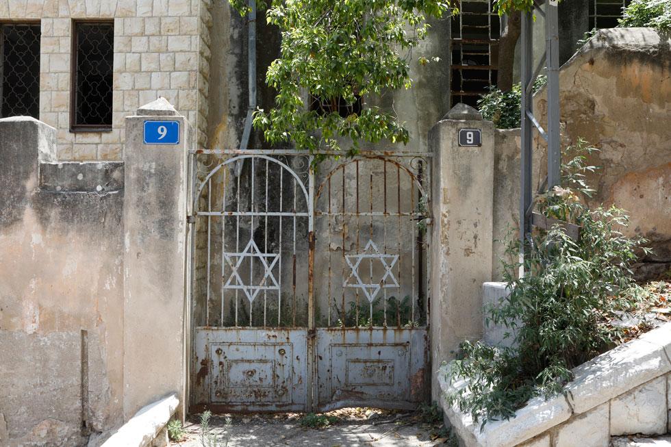 שער הכניסה נותר כשריד מתפורר, אחרי שנים של הזנחה. החזית חופתה בחלקה באבן, כדי להדגיש את חשיבותה (צילום: עמרי טלמור)