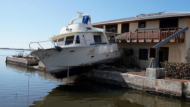 """מנזקי """"אירמה"""": סירה בתוך בית בקודג'ואי קי, פלורידה (צילום: רויטרס) (צילום: רויטרס)"""