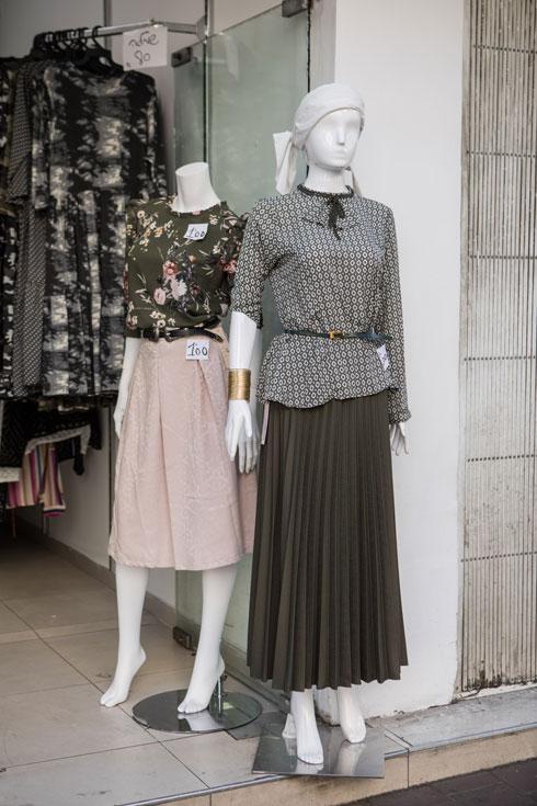 """""""החצאית השחורה הארוכה מהווה את הבסיס, המדים, כל אישה חרדית לובשת אותה. אם היא מתקדמת, היא יכולה באמת להוסיף חלק עליון צבעוני ומעניין"""" (צילום: אורית פניני)"""