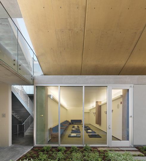 חדר המדיטציה מתחת לאולם התפילה המרכזי (צילום: Rien van Rijthoven)