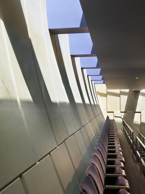 החלונות מקיפים את אולם התפילה ומדגישים את אלמנט הריחוף (צילום: Rien van Rijthoven)