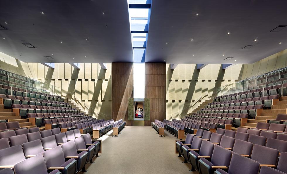 """למעשה נבעה הצורה המיוחדת מרצונו של רב הקהילה להושיב את המתפללים כקהילה מאוחדת, עם הפנים אלה לאלה. """"בית שלום"""" היא קהילה קונסרבטיבית – נשים וגברים יושבים יחד. פס של חלונות בין הקירות לתקרה מחדיר אור, והקורות התומכות יוצרות ''מנורת צל'', כדברי האדריכל (צילום: Rien van Rijthoven)"""