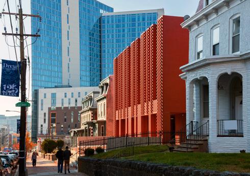 המרקם הייחודי מבליט את המרכז ברחוב (צילום: Richard Barnes and Stanley Saitowitz)