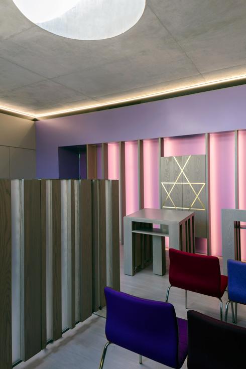 בית הכנסת הקטן בקומה העליונה, והצוהר העגול בתקרה (צילום: Richard Barnes and Stanley Saitowitz)