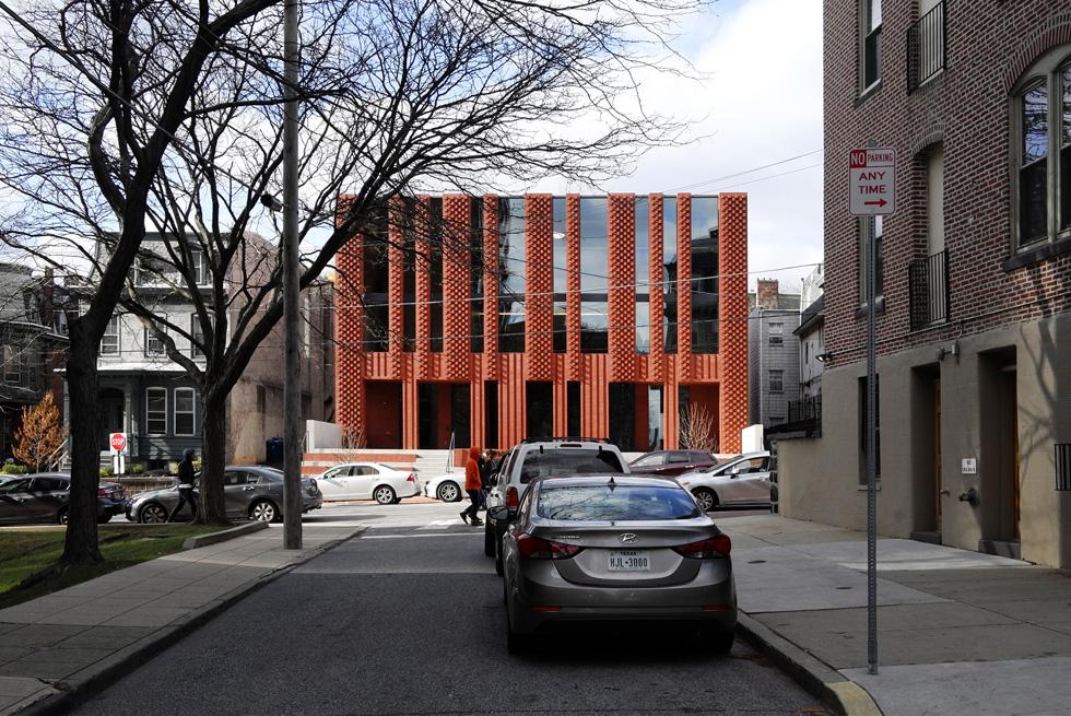 גם בתכנון ''בית הלל''' החדש באוניברסיטת דרקסל שבפילדלפיה נעשה שימוש בחומר ובצורה: לבנים אדמדמות ומבנה קופסתי המזכיר, הודות לפתחי החלונות האנכיים, מנורה (צילום: Richard Barnes and Stanley Saitowitz)