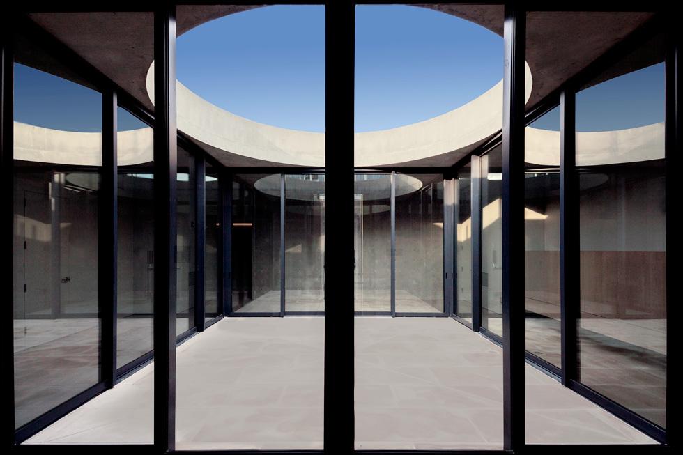 """כמו ב""""בית שלום"""", בגג העשוי בטון חשוף תוכננן צוהר עגול שדרכו חודר אור טבעי ומתאפשר מבט אל השמיים (צילום: Richard Barnes and Stanley Saitowitz)"""