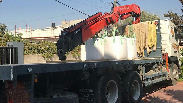 המשאית עם המנוף שבה נהג הצעיר (צילום: דוברות המשטרה) (צילום: דוברות המשטרה)