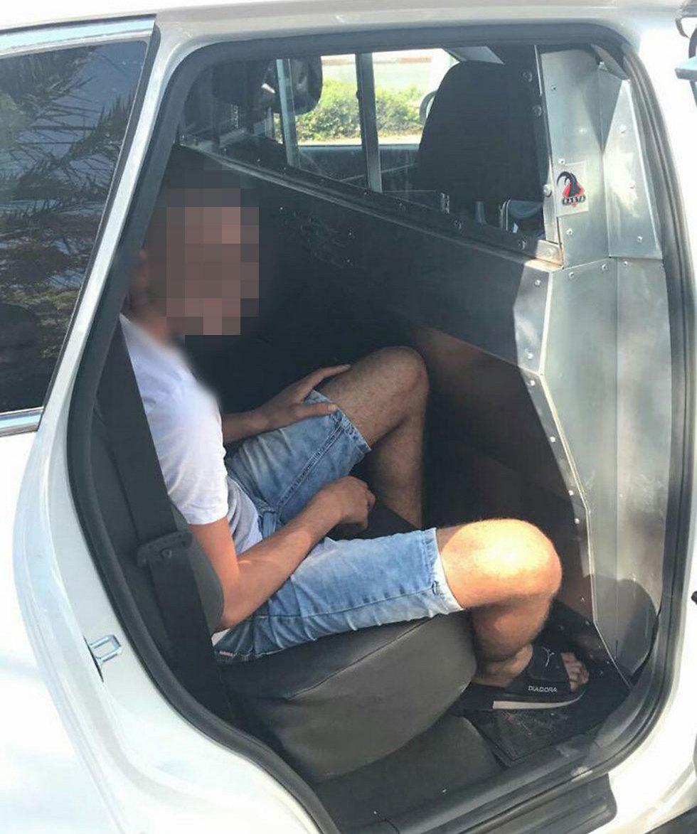 הצעיר בדרכו לחקירה. אמר שהוא לומד נהיגה (צילום: דוברות המשטרה) (צילום: דוברות המשטרה)