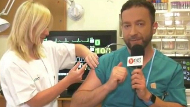 Доктор Итай Галь получает прививку от гриппа