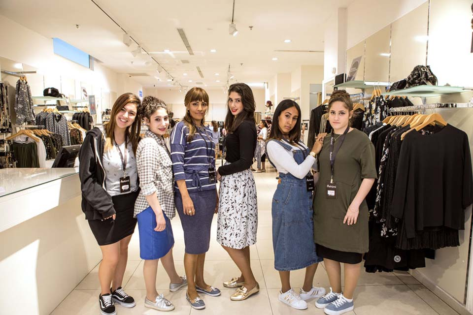 Религиозные девушки в магазине. Фото: Орит Пнини