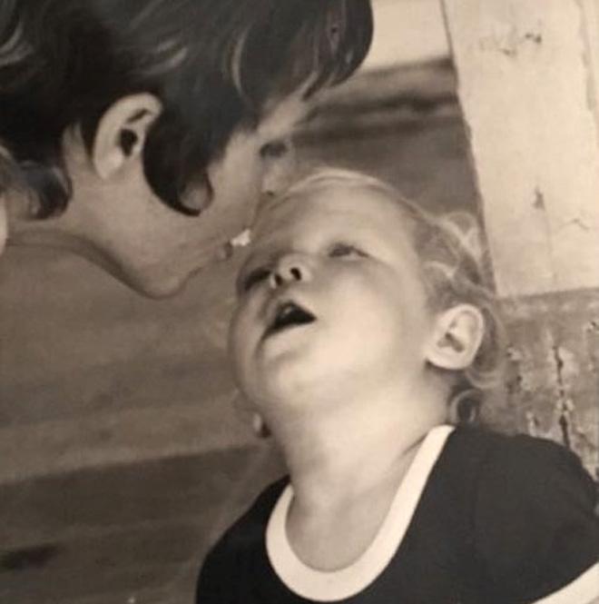 """עם אמה. """"שנות ילדותי היו רצופות שינויים ומעברי מקום"""" (צילום: אלבום פרטי)"""