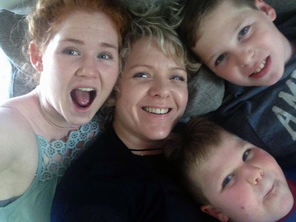 """עם שלושת ילדיה. """"ניתן לנהל חיים מלאים של מימוש עצמי מקצועי בלי להתפשר על משפחה"""" (צילום: אלבום פרטי)"""