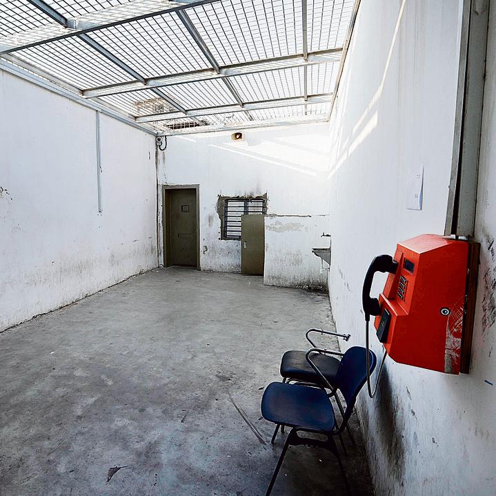 החצר באגף השמור בכלא איילון. החוקרים האזינו ובדקו כל פרט שעלה בשיחה בין אבוטבול והמדובב