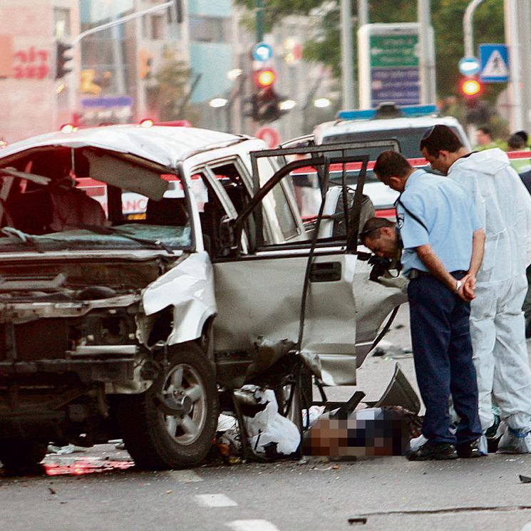 זירת הפיצוץ בתל אביב, יוני 2008 . מטען של קילו מתחת למושב הנהג