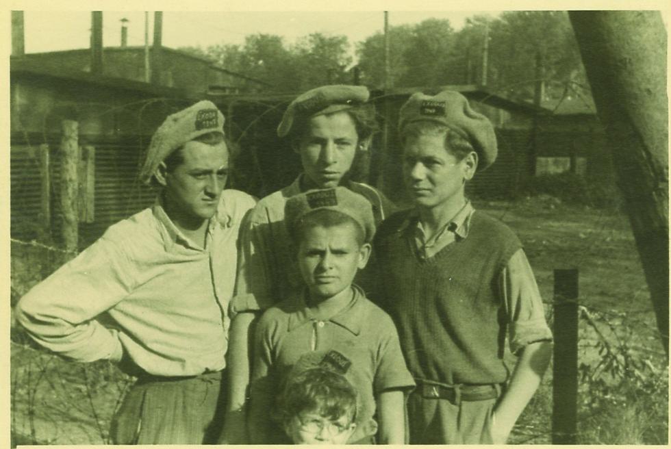 """ילדים במחנה עם כובעים רקומים. מישהו מזהה? (צילום: רוברט גרי, באדיבות """"קדם"""")"""