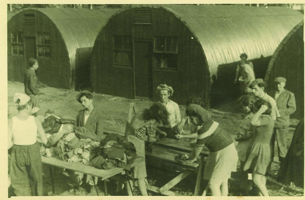 """חיי היומיום במחנה המעצר: עושים כביסה (צילום: רוברט גרי, באדיבות """"קדם"""")"""