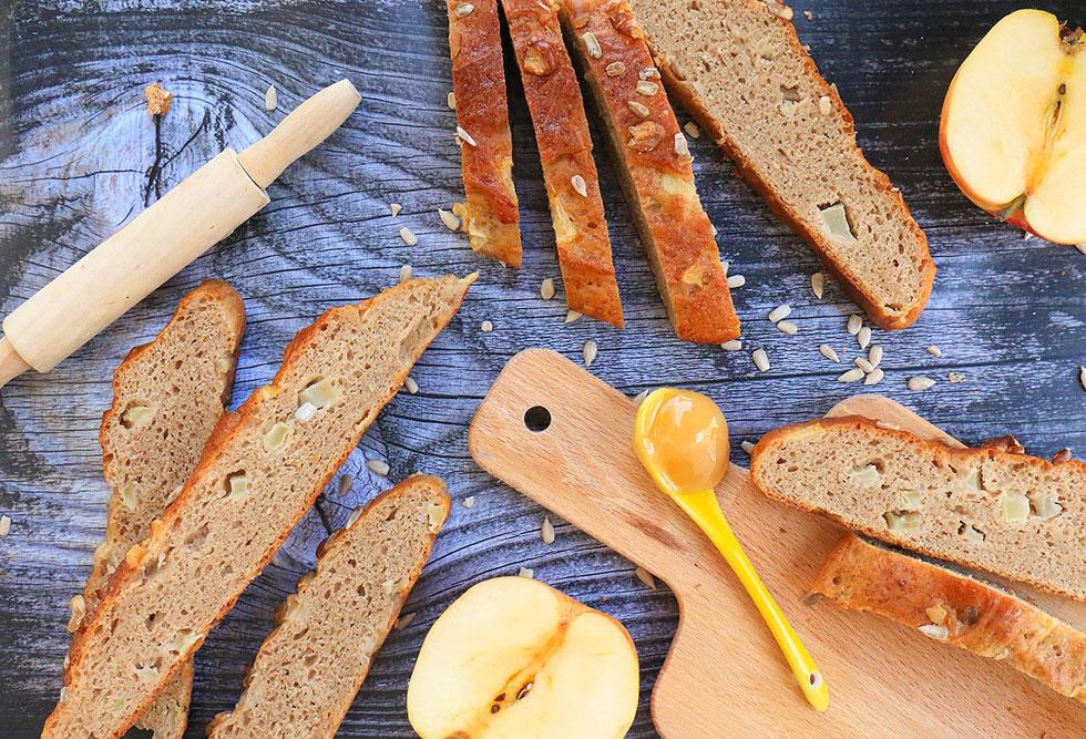 לחם שיפון וחיטה מלאה עם דבש ותפוחים (צילום: הודליה כצמן  Bake Care)