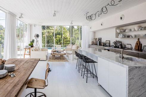 מטבח ארוך של 27 מ''ר בבית בן 270 מ''ר, בעיצוב לילך מורבר (צילום: עמית גרון)