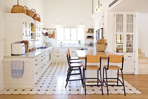 מטבח של 12 מ''ר בבית בן 160 מ''ר, בעיצוב עדי עמית-פריימן. הצ'ופצ'יק של ה-G הוא אי לישיבה, שמעוגן לעמוד (צילום: דדי אליאס)