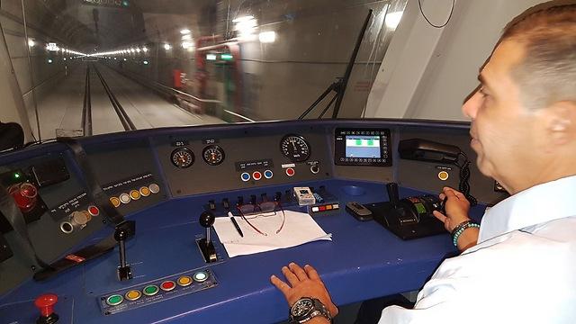 """איציק אזולאי, נהג הקטר, במנהרות גילון (צילום: אחיה ראב""""ד) (צילום: אחיה ראב"""