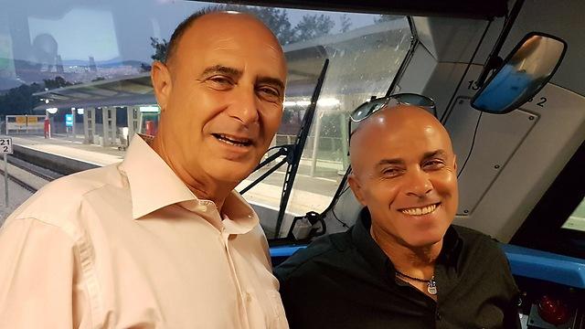 """מנכ""""ל רכבת ישראל עם נהג הקטר הראשון לכרמיאל שלומי דנה (צילום: אחיה ראב""""ד) (צילום: אחיה ראב"""