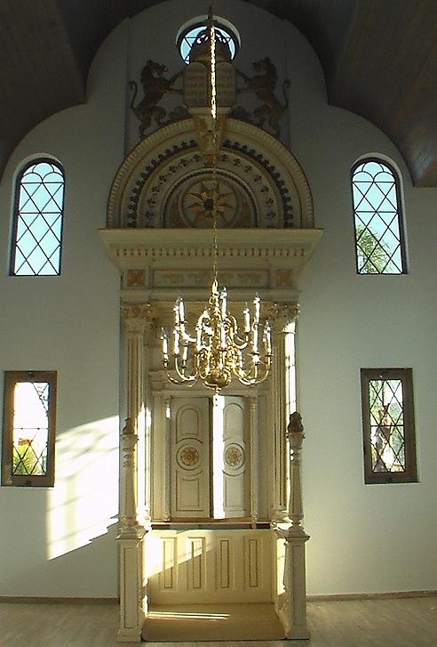 """ספר התורה הביא למבנה שהביא לארון קודש. בית הכנסת של """"עלי שיח"""" מבפנים"""