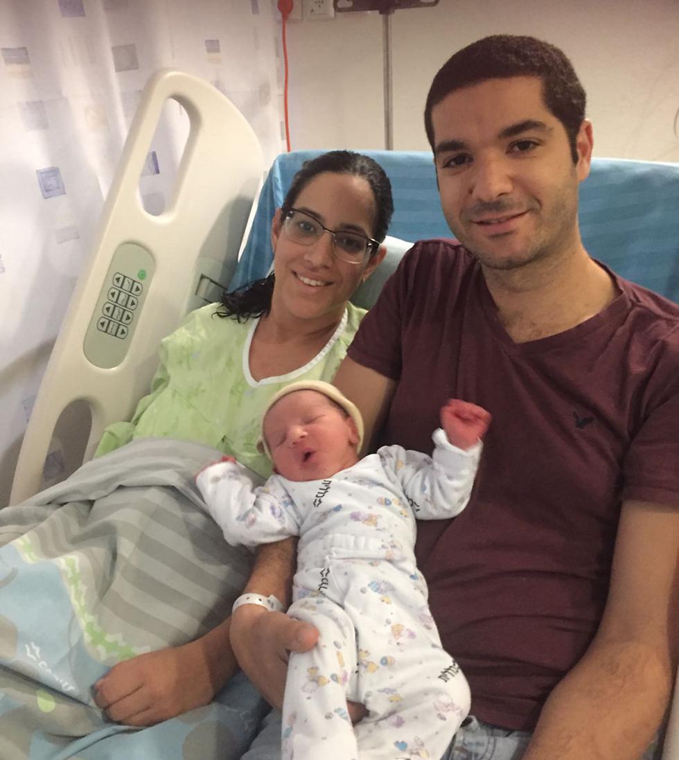 שלום ושולמית עם בנם התינוק ()