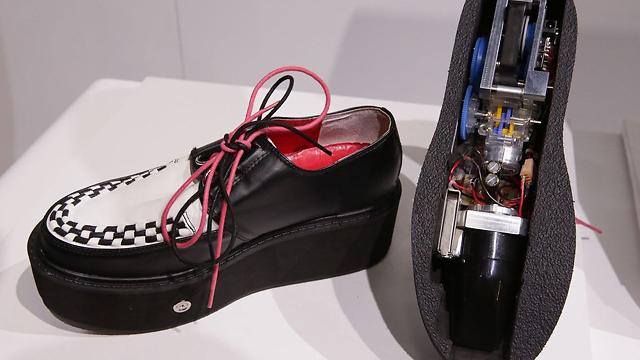 נעליים שואבות אבק (צילום מסך)