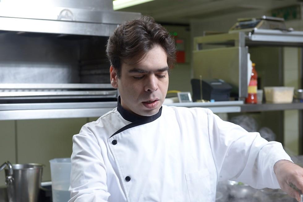 """תמיד בטופ. רפי כהן במטבח של """"רפאל"""" (צילום: ירון ברנר)"""