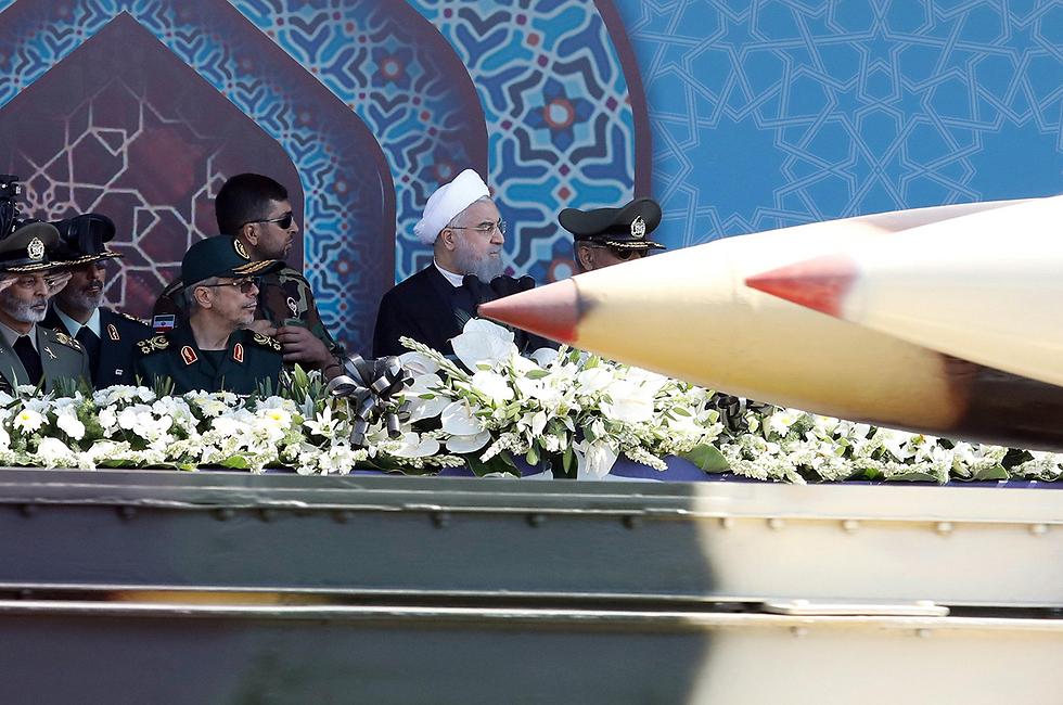 הנשיא חסן רוחאני על רקע טיל במצעד צבאי בטהרן. ארכיון  (צילום: EPA) (צילום: EPA)