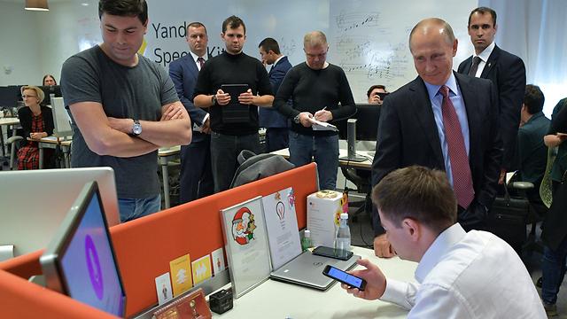 ביקורו של פוטין במטה יאנדקס (צילום: EPA) (צילום: EPA)