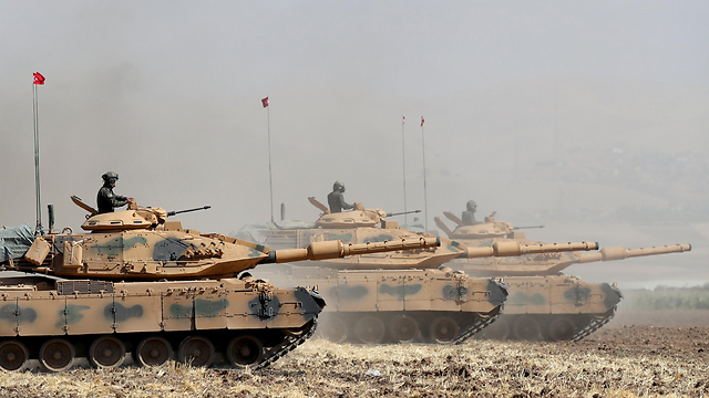 Turkish tanks during drill on the Turkey-Iraq border (Photo: EPA)