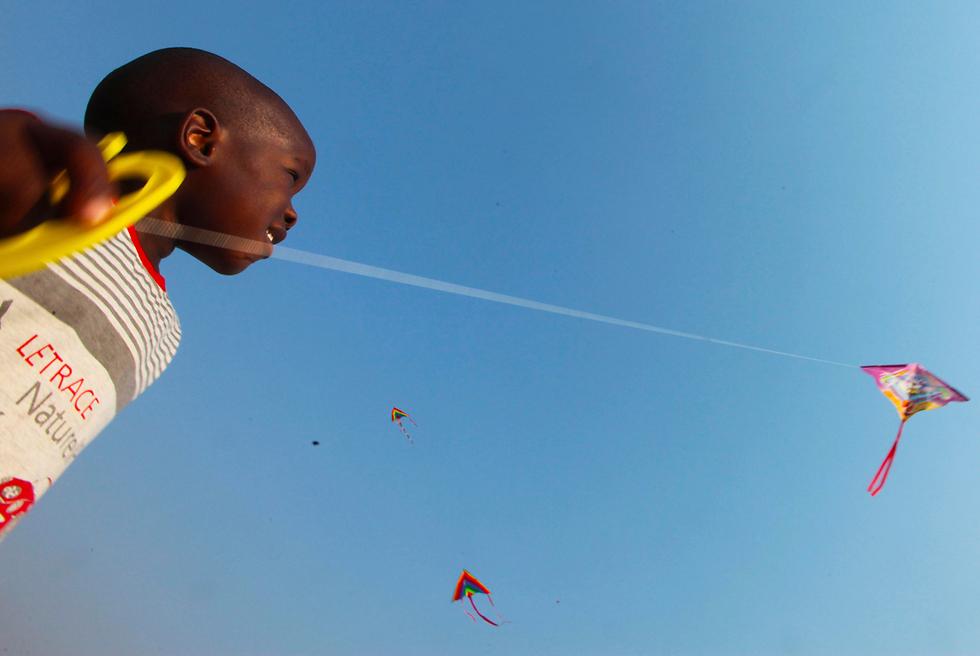 ילד בפסטיבל עפיפונים למען השלום בהררה, זימבבווה (צילום: AP)